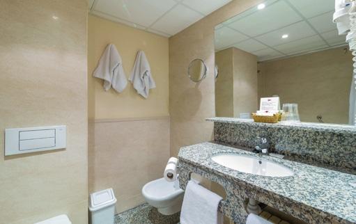Baño habitación hotel candanchú
